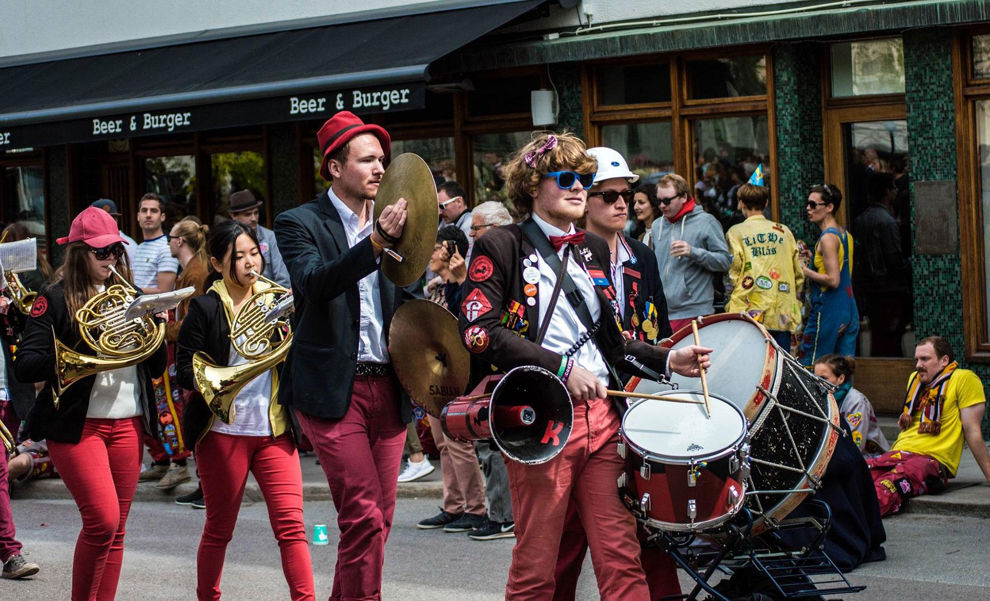 Studenter som spelar i band ute på stan