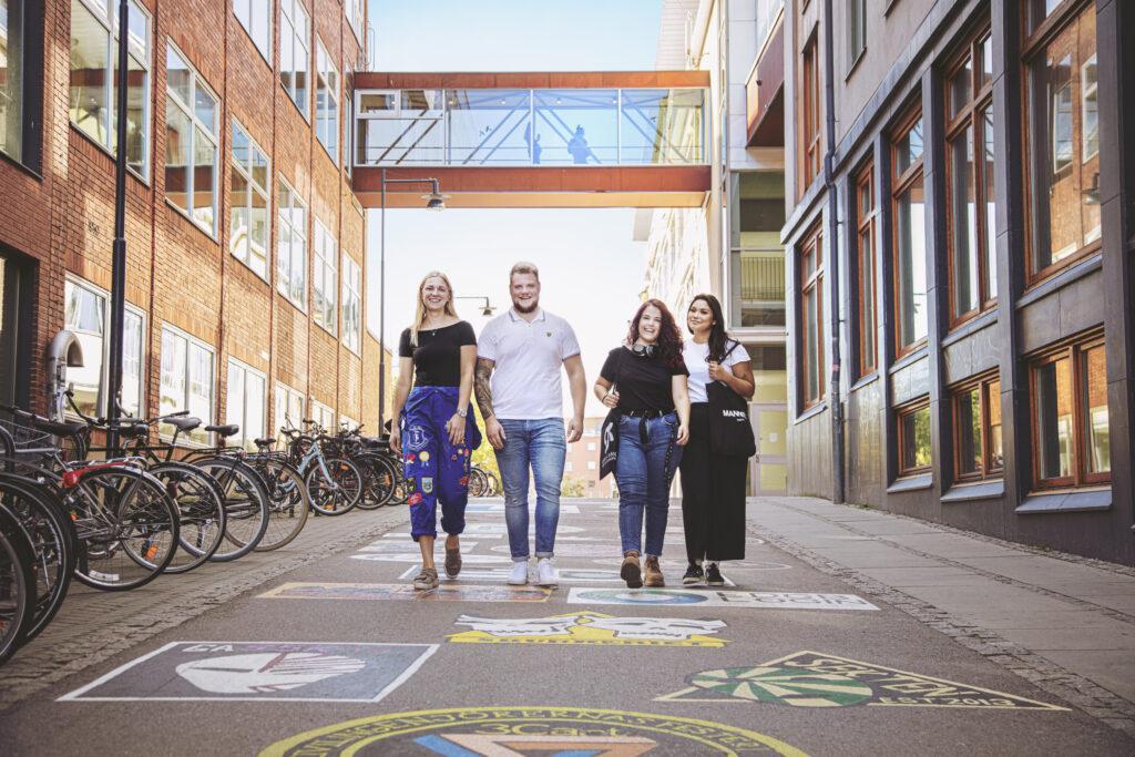 Studenter i norrköping som går mot kameran nedför märkesbacken
