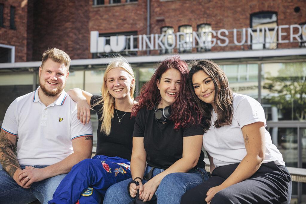 Studenter vid LIU som sitter och kollar mot kameran