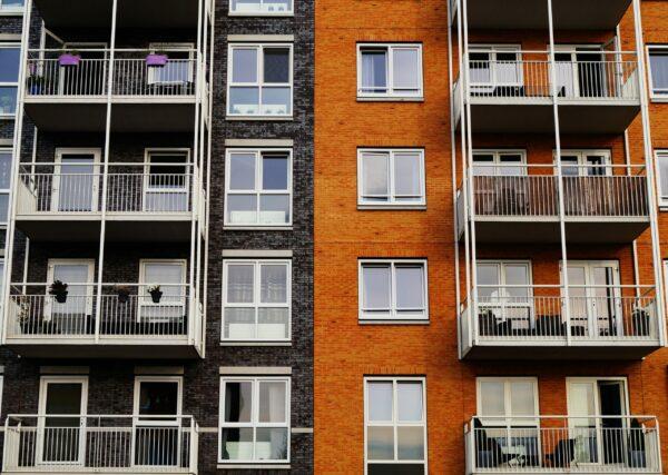 Bild på byggnad med balkonger